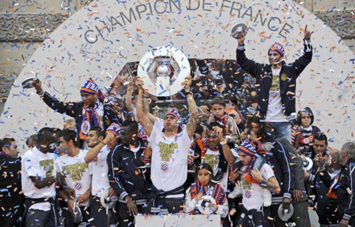 Les Montpelliérains soulèvent le trophée de champions de France, le 21 mai 2012 – DAMOURETTE/SIPA