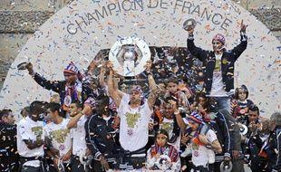 Les Montpelliérains soulèvent le trophée de champions de France, le 21 mai 2012
