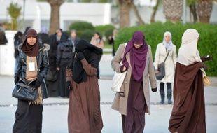 Cinq étudiantes tunisiennes ont rejoint le mouvement de grève de la faim entamée mercredi par cinq de leurs camarades pour revendiquer le port du niqab (voile dissimulant le corps et le visage) en classe et durant les examens, a annoncé samedi le coordinateur salafiste de ce mouvement
