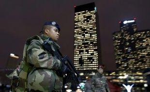 Un soldat français patrouille dans le quartier d'affaires de La Défense en bordure de Paris, le 24 novembre 2015