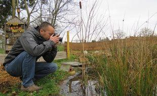 Appareil ou caméra à la main, Sylvain Lefebvre a filmé pendant de nombreux mois l'incroyable richesse sauvage de son jardin.