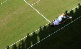 Le joueur italien Simone Bolelli est allongé sur le gazon de Wimbledon lors de son match face au Chilien Fernando Gonzales, le 25 juin 2008.