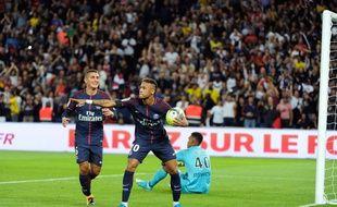 Neymar fête son premier but au Parc des Princes en faisant un hommage à Blaise Matuidi, lors de PSG-Toulouse (6-2), le 20 août 2017.