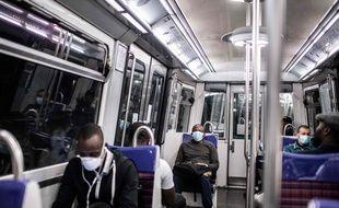 Des passagers masqués dans le métro à Paris. (Illustration)
