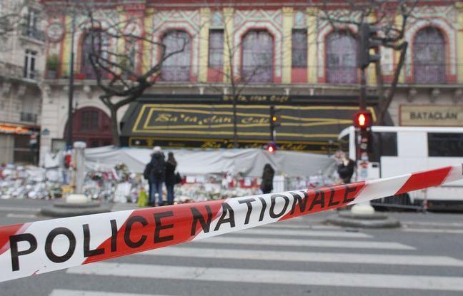 Devant le Bataclan le 13 décembre 2015. AFP PHOTO / MATTHIEU ALEXANDRE