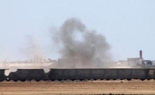Des combattants pro-Hadi combattent des chiites houthis près de l'aéroport international d'Aden, le 2 mai 2015