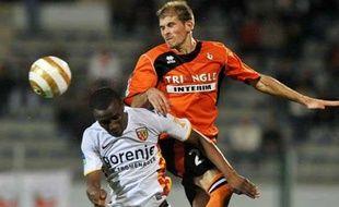 Le milieu lensois Abdoulrazak Boukari à la lutte avec le Lorientais Christophe Jallet lors du match Lorient-Lens en Coupe de France, le 24 septembre 2008.