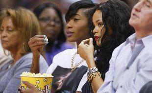 Rihanna déguste du pop-corn, en avril 2014, à Los Angeles.