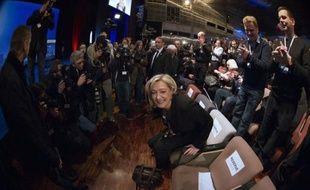 """Marine Le Pen a pris dimanche la défense de son père Jean-Marie Le Pen, qui la veille a conclu un discours en citant l'écrivain collaborationniste Robert Brasillach, en déclarant qu'il fallait savoir """"faire la différence entre l'homme et l'oeuvre""""."""