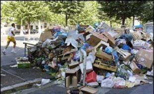 Les ordures ont continué à s'amonceler samedi dans certains quartiers de Marseille, au cinquième jour d'une grève des conducteurs de bennes à ordures, opposés à une réorganisation de leur travail.