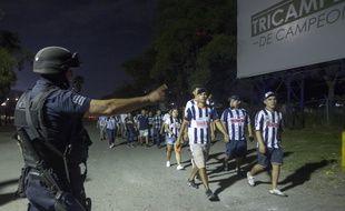 Des supporters de Monterrey escortés par la police.