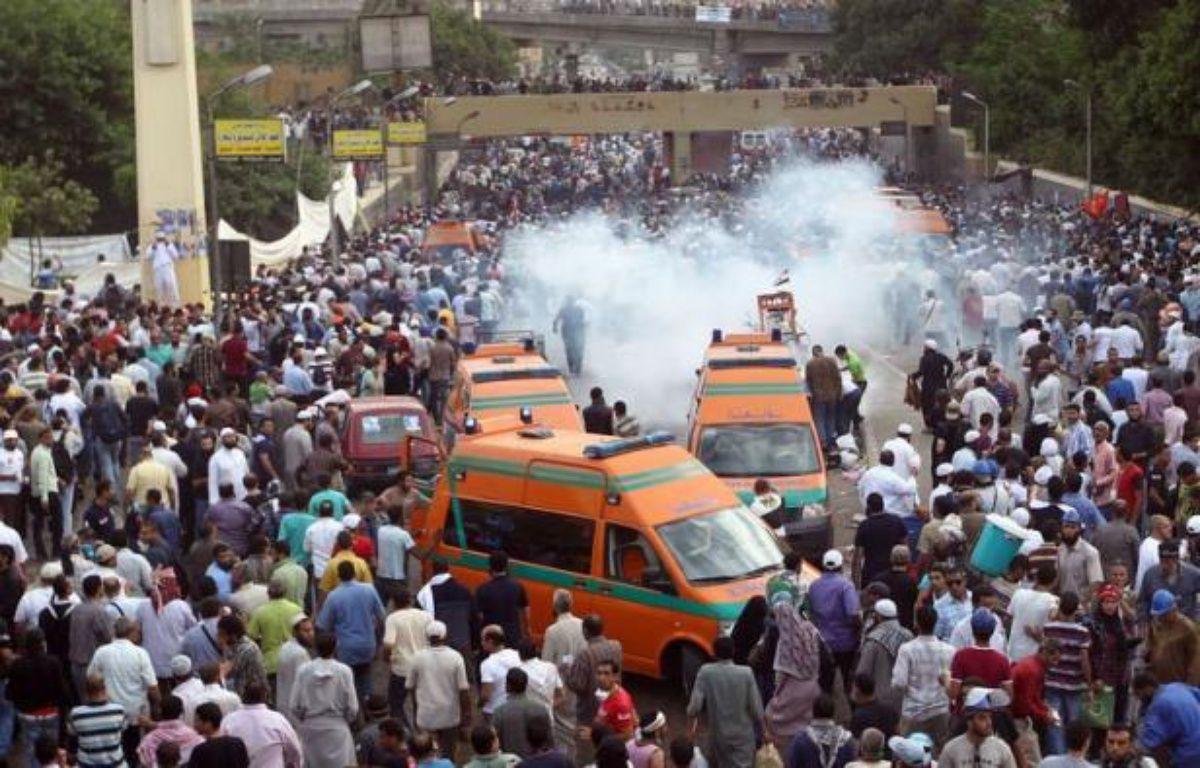 Une soixantaine de personnes ont été blessées vendredi au Caire dans des heurts entre manifestants hostiles au pouvoir militaire et soldats à proximité du ministère de la Défense, faisant encore monter la tension à l'approche de la présidentielle prévue à la fin du mois. – Khaled Desouki afp.com