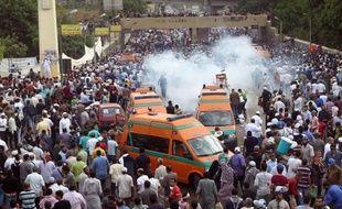 Une soixantaine de personnes ont été blessées vendredi au Caire dans des heurts entre manifestants hostiles au pouvoir militaire et soldats à proximité du ministère de la Défense, faisant encore monter la tension à l'approche de la présidentielle prévue à la fin du mois.