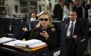 Hillary Clinton sur son Blackberry, une célèbre photo qui a inspiré le mème «TextsFromHillary».