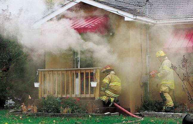 Des pompiers interviennent sur un incendie dans une maison en bois aux Etats-Unis (illustration).