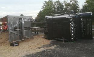 Un camion chargé de sable s'est couché sur les voies sur l'autoroute A4 en Alsace ce jeudi.