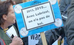 Une pancarte devant le palais de justice de Rouen, où les manifestants témoignent de leur inquiétude après l'incendie de Lubrizol. Le 8/10/19.