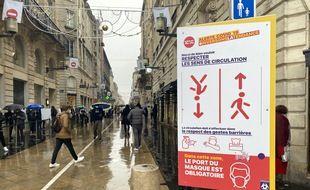 Pancarte de prévention sur le coronavirus à l'entrée de la rue Sainte-Catherine à Bordeaux