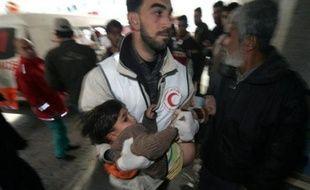 A Gaza, les eaux usées baignent les rues, le prix du pain a triplé en une semaine, les médecins craignent d'opérer faute d'être sûr de disposer d'anesthésique ou d'électricité. Sous les bombardements israéliens quotidiens, la situation devient chaque jour plus critique.