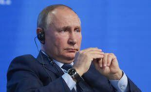Le président russe Vladimir Poutine assiste à une session plénière lors du forum de la Semaine de l'énergie russe 2021 à Moscou.