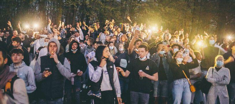Une fête interdite au Bois de la Cambre à Bruxelles, le 1 avril 2021.
