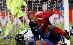 Jusqu'à l'égalisation de Thierry Henry. Sur la photo, il vient de marquer de la tête. Cela ne lui arrive pas souvent, ce qui explique l'air surpris. (1-1 entre Lyon et Barcelone).