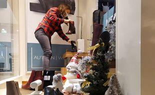 Dans cette boutique de chaussures du centre commercial Nicétoile, on s'affaire pour que tout soit prêt samedi matin