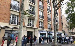 Place Eboué, dans le 12e, un laboratoire accueille les Parisiens qui souhaitent faire un test PCR sans ordonnance et sans rendez-vous.