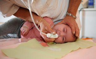 Les bébés n'aiment pas ça, mais en cas de bronchiolite, le lavage nasal et le recours au mouche-bébé l'aident à mieux respirer.