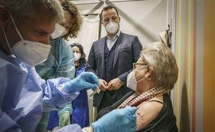 Le ministre allemand de la Santé, Jens Spahn, assistant à une vaccination.