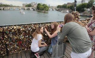 Des touristes américains devant les cadenas du Pont des arts, en juin 2014