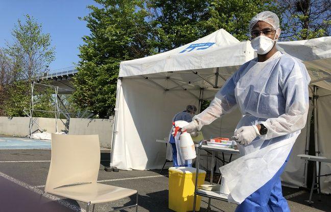 Paris, le 20 avril. Les biologistes ont installé leur matériel sur un parking pour tester les porteurs du coronavirus.