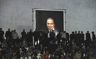 Des supporters du Front de libération nationale algérien (FLN) devant le portrait d'Abdelaziz Bouteflika, le 9 septembre 2019 à Alger.