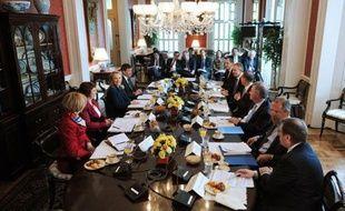 La secrétaire d'Etat américaine Hillary Clinton réunissait mercredi à Washington ses homologues du G8 pour des entretiens qui devraient être dominés par la crise en Syrie, le dossier nucléaire iranien et le tir d'une fusée par la Corée du Nord.