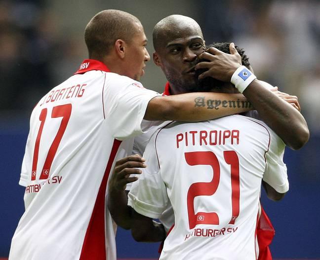 Jérôme Boateng et Guy Demel félicitent l'ancien Rennais Jonathan Pitroipa pour son but inscrit lors de la rencontre de Bundesliga entre Hambourg et Nuremberg, en mai 2010.
