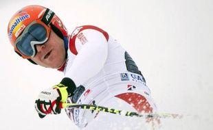 Le Suisse Didier Cuche a remporté samedi la descente de Coupe du monde de Garmisch-Partenkirchen sur une piste raccourcie, devant le Canadien Erik Guay et l'Autrichien Hannes Reichelt, une semaine après sa victoire à Kitzbühel dans des conditions semblables.