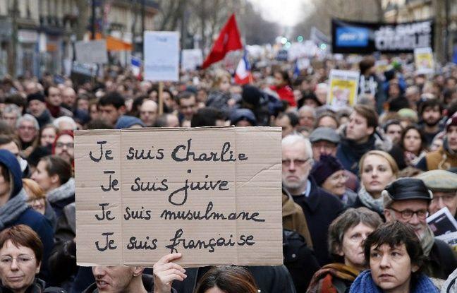 Une manifestante tient une pancarte lors de la marche du 11 janvier 2015, après les attentats de Charlie Hebdo et de l'Hyper Cacher, à Paris.