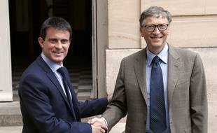French Prime Minister Manuel Valls (L) shakes hands with Bill Gates, the co-Founder of the Microsoft company and co-Founder of the Bill and Melinda Gates Fondation after a meeting at the Hotel Matignon in Paris, on June 27, 2014.  AFP PHOTO / THOMAS SAMSON
