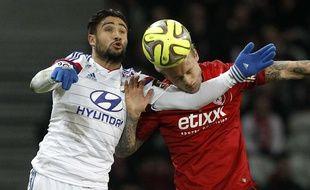 Nabil Fékir et Simon Kjaer à la lutte lors du match Lille-Lyon du 28 février 2015