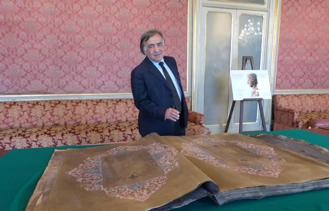 Le maire de Palerme, Leoluca Orlando, présente le coran offert par l'Aga Khan.