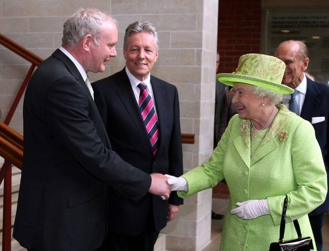 La reine Elisabeth II serre la main de l'ancien commandant de l'Armée républicaine irlandaise (IRA) Martin McGuinness, à Belfast le 27 juin 2012.