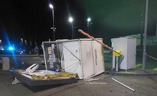Les installations d'une station service ont été détruites