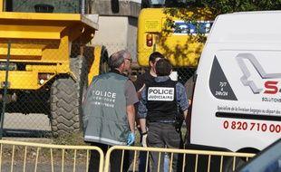 Des policiers devant l'enteprise de transports ColiCom dont le patron a été décapité le 27 juin 2015.