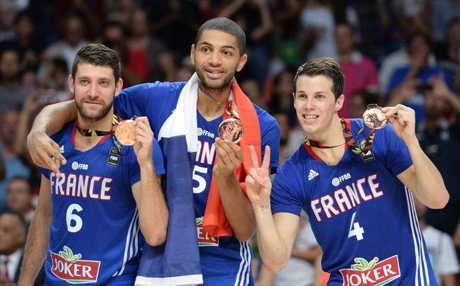 Antoine Diot, Nicolas Batum et Thomas Heurtel célèbrent la médaille de bronze décrochée par l'équipe de France au Mondial de basket 2014 en Espagne.