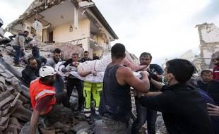 Une femme rescapée le 24 août 2016 à Amatrice en Italie.