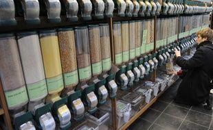 Produits bio dans un supermarché Biocoop à Paris. Chez O Bocal, il faudra amener ses propres contenants, et non des sachets papiers.