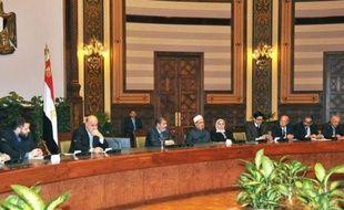 Le président égyptien Mohamed Morsi a accepté samedi soir d'abandonner ses pouvoirs renforcés pour sortir de la plus grave crise depuis son élection, mais a maintenu au 15 décembre un référendum sur un projet très controversé de Constitution.