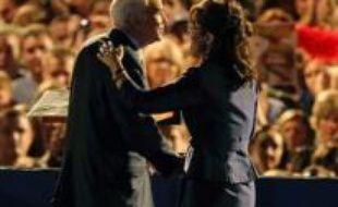 Si Mme Palin a électrisé la base républicaine, au point de voler la vedette à son colistier, sa désignation a aliéné le centre, alarmé par ses positions hostiles à l'avortement. Il a aussi inquiété les électeurs à l'idée de voir cette femme sans expérience nationale ni internationale remplacer en cas de malheur John McCain à la Maison Blanche.