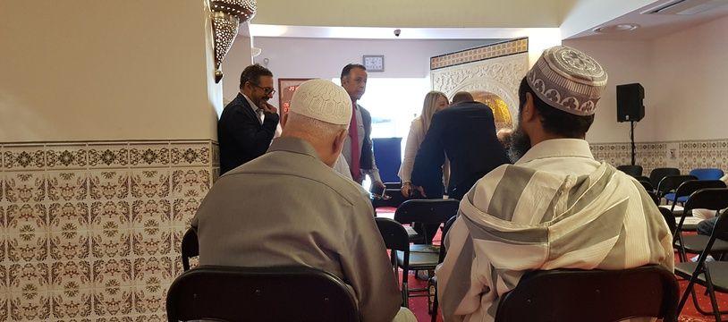 Deux musulmans lors de l'inauguration de la mosquée de la porte d'Aix, rénovée après des années de travaux.