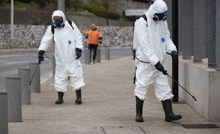 A Nice, le 27 mars 2020, des agents de la métropole pulvérisent du produit désinfectant devant l'hôpital Pasteur. A Toulouse, ces opérations commencent lundi 6 avril.